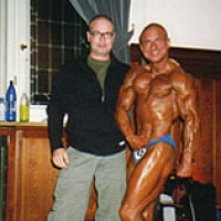 Personal Trainer für Bodybuilding mit Burklaf Scheibe Senoirenmeister